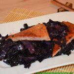 Asiatisches Rotkohlgemüse mit Fleischkäse