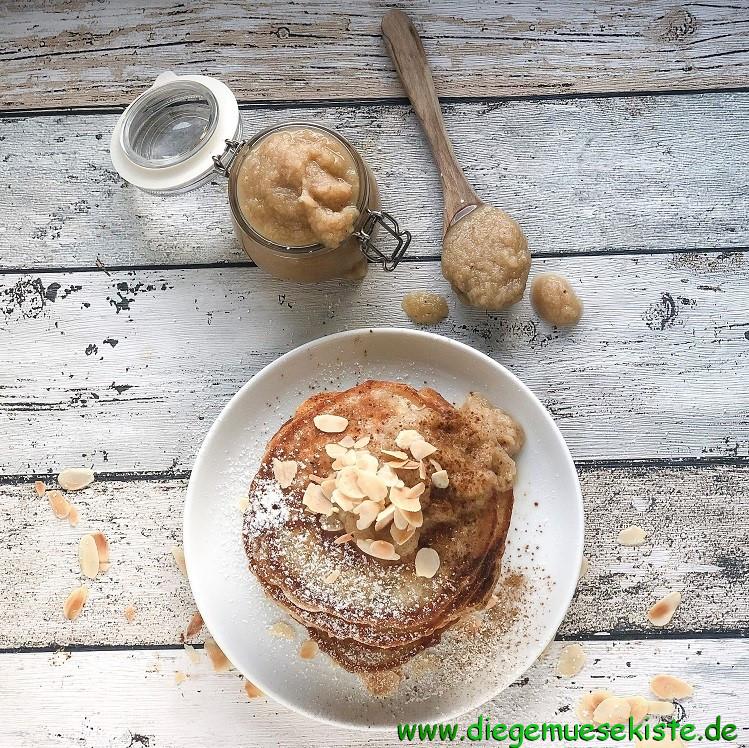 Bananen-Pancakes mit Birnenkompott