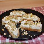 Ziegenkäse-Bruschetta mit Birnen-Walnuss-Topping