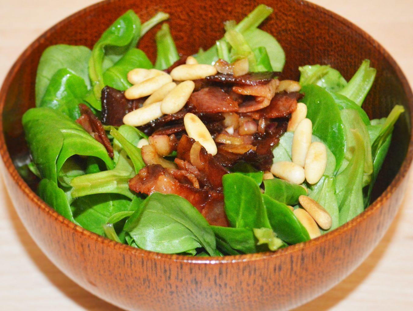 Feldsalat mit Dörrfleisch und Pinienkernen