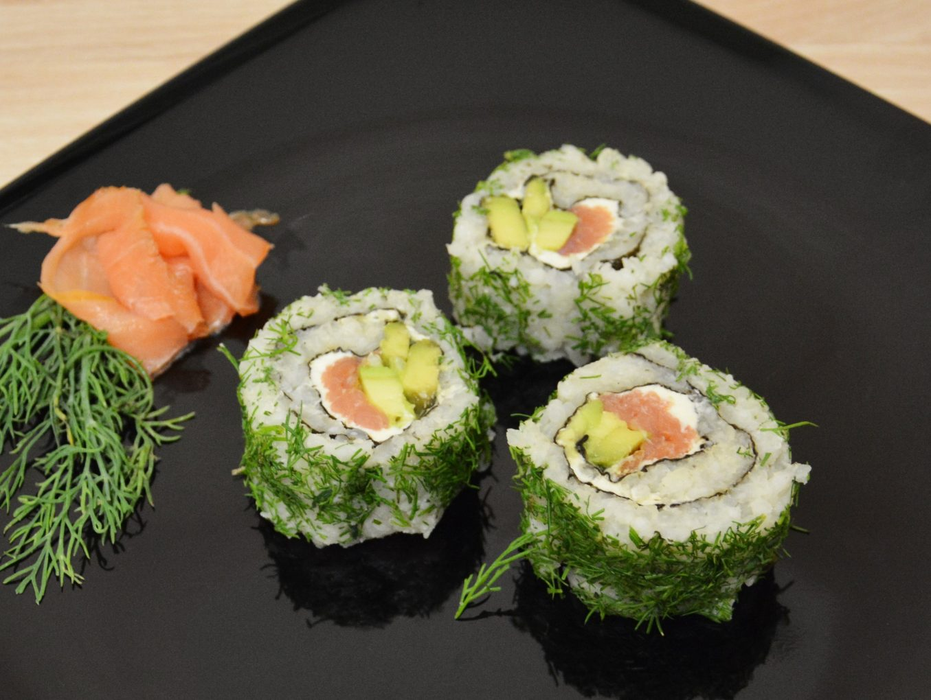 Lachs-Avocado Inside-out-Rolle