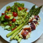 Grüner Spargel mit Ziegenkäse-Päckchen und Salat
