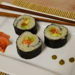 Sushi mit Räucherlachs und Avocado