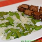 Zuckererbsen-Reis mit Tofu-Spießen